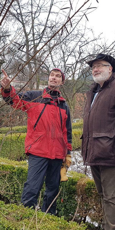 Obstbaum-Schnittaktion, Peter zeigt Bruder Korbinian, was geschnitten werden muss