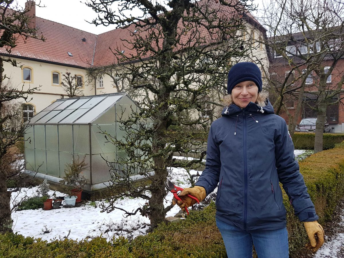Sabine mit Schere, Schnittaktion im Klostergarten