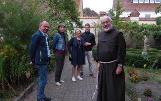 Bruder Korbinian und Besucher - offener Garten